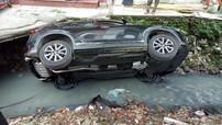 Hà Nội: Nữ tài xế lái Mazda CX-5 lao xuống mương nước đen khiến nhiều người thắc mắc