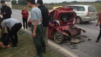 Ngồi trong taxi để đến bệnh viện sau tai nạn trên cao tốc Hà Nội - Thái Nguyên, tài xế xe tải bị đâm thêm một lần nữa