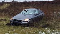 BMW 3-Series bị thanh gỗ đâm thủng kính chắn gió, người lái suýt chết