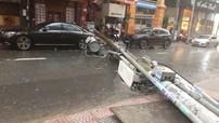 Sài Gòn: Mercedes-Benz S-Class bị trụ đèn đè trúng khi đang đỗ ở lòng đường