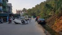 """Quảng Ninh: Đâm gãy trục Mercedes-Benz C200, Mazda3 """"phơi bụng"""" giữa đường"""