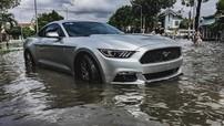 Bình Tân: Xe thể thao tiền tỷ Ford Mustang nằm bất lực trước dòng nước lũ đen ngòm