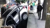 Chiếc ô tô do một nữ tài xế điều khiển lao lên vỉa hè, đâm tử vong người đi bộ
