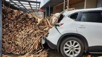 Quảng Trị: Tránh người đàn ông sang đường, chiếc ô tô tải lật ngang, đổ đầy gỗ vào Mazda CX-5
