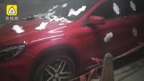Đỗ chắn lối, Mercedes-Benz GLA bị dán đầy băng vệ sinh bên ngoài