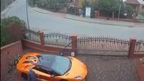 Lamborghini Aventador đang đỗ trong sân nhà bị thanh niên nhảy qua hàng rào vào cào xước