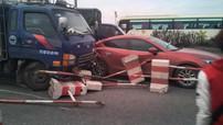 Mazda3 bị thanh sắt của dải phân cách đâm xuyên qua cửa và kính chắn gió trên cầu Thanh Trì