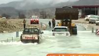 """Bản tin về lũ lụt bất ngờ biến thành quảng cáo cho Toyota Hilux và """"làm bẽ mặt"""" Range Rover"""