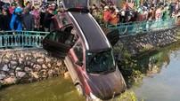 Hyundai Santa Fe ủi bay dải phân cách trên đường Thanh Niên, cắm đầu xuống hồ Trúc Bạch