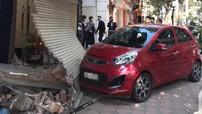Hà Nội: Kia Morning do nữ tài xế điều khiển lao lên vỉa hè, đâm sập cửa nhà dân