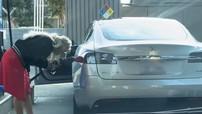 Cô gái lái xe điện Tesla Model S vào trạm xăng để tiếp nhiên liệu khiến không ít cư dân mạng phì cười