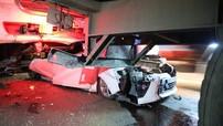 Tai nạn liên hoàn giữa 5 ô tô trên cầu Phú Mỹ khiến Toyota Yaris bẹp dúm dưới gầm xe container