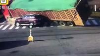 Xe đầu kéo chở 100 tấn cát sỏi đổ trúng một chiếc SUV khiến 2 mẹ con tử vong tại chỗ