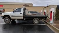 Tài xế Tesla bức xúc vì bị các tài xế xe bán tải đỗ chắn mất chỗ sạc điện công cộng