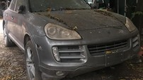 """Bị giam giữ 4 năm ở Hà Nội, ngoại thất chiếc Porsche Cayenne đóng bụi dày đặc nhưng lốp xe vẫn """"căng đét"""""""
