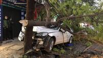 Hà Nội: Xe sang Mercedes-Benz đâm gãy cây phượng trong đêm