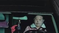 Tiếc gần 350.000 đồng, nữ tài xế vừa lái xe Mercedes-Benz vừa đắp mặt nạ