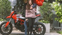 """""""Vợ nhà người ta"""" tặng xe mô tô Ducati Hypermotard 939 cho chồng nhân kỷ niệm 2 năm ngày cưới"""