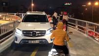 Chạy ngược chiều trên cầu vượt dành cho xe máy, tài xế Mercedes-Benz GLS  bị tước bằng lái
