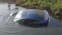 Hà Nội: Mazda3 cắm đầu xuống sông trong ngày mùng 1 Tết