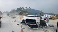Đâm vào gờ chắn trên cao tốc Nội Bài - Lào Cai, Mazda6 lật ngửa vào lúc sáng sớm
