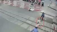 Đồng Nai: Ngã sõng soài trên đường ray khi tàu hỏa đang lao đến, bà cụ được 2 nữ nhân viên đường sắt cứu sống