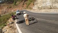 Thể hiện ôm cua tốc độ cao, thanh niên điều khiển Honda Winner 150 mất lái đâm vào xe máy khác