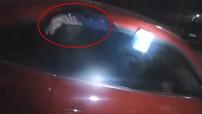 """Trộm xe Volkswagen Beetle, kẻ gian bị cửa kính xe """"con bọ"""" giữ lại cho đến khi được đưa đến đồn cảnh sát"""
