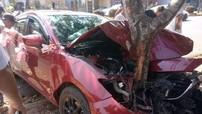 Xe đón dâu Mazda3 vỡ nát đầu sau khi đâm 2 gốc cây tại thành phố Buôn Mê Thuột