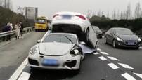 Chạy ở tốc độ cao, cô gái lái Porsche 911 hất văng một chiếc sedan lên nóc xe mình