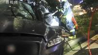 Sedan hạng sang Jaguar bẹp dúm, tài xế tử vong ngay tại chỗ sau tai nạn kinh hoàng lúc trời mưa lớn