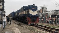 Hà Nội: Lao xe đạp điện qua đường sắt, cô gái bị tàu hỏa cán đứt chân