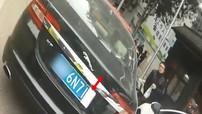Đỗ xe sai, nam thanh niên Trung Quốc dùng băng vệ sinh che biển số Jaguar XF nhằm thoát án phạt