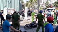 Sài Gòn: Đang đi xe máy, nam thanh niên bị ván gỗ của công trình xây dựng rơi trúng đầu