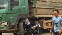Thanh Hoá: Yamaha Exciter gặp nạn, người điều khiển kẹt vào gầm xe tải