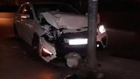 Hà Nội: Mải xem điện thoại, người lái Kia Cerato 2019 lao lên vỉa hè, đâm vào cột đèn