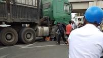 Dừng đèn đỏ, người phụ nữ chở hoa đi bán nhân ngày 8/3 bị ô tô tải cuốn vào gầm ở Khánh Hòa
