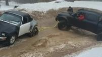 Xe bán tải Toyota Tacoma mắc kẹt trong bùn, phải chờ Porsche 911 đến giải cứu