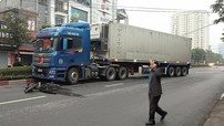 Nghệ An: Xe container lao qua dải phân cách, kéo lê một người đàn ông rồi đâm gãy tay một phụ nữ