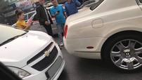 Cư dân mạng xôn xao với tai nạn của xe Chevrolet Spark và Bentley tiền tỷ tại Hà Nội