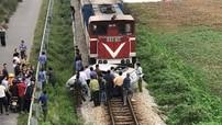 Hải Dương: Ô tô qua đường sắt bị tàu hỏa đâm, 2 người thương vong