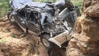 Sơn La: Ford Everest lao xuống vực, lái xe tử nạn, bé gái may mắn sống sốt