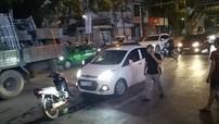 Hà Nội: Tài xế điều khiển Hyundai Grand i10 rút dao đâm một thanh niên sau vụ va chạm với xe máy