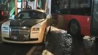 Tránh xe đạp, xe buýt tông vào xe siêu sang Rolls-Royce Ghost, thiệt hại ước tính 1,38 tỷ đồng