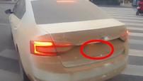 Cảnh sát giao thông Trung Quốc dừng kiểm tra 1 chiếc ô tô vì quá bẩn làm che đi biển số