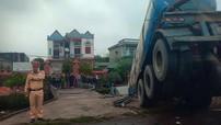 Nam Định: Xe bồn cán tử vong người phụ nữ chạy xe đạp điện rồi lao xuống hố