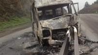Quảng Ninh: Vượt ô tô tải, xe khách 16 chỗ bị dải phân cách đâm xuyên đầu rồi cháy trơ khung