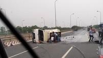 """Hà Nội: Xe bồn lật ngang trên đại lộ, hàng chục người lao vào """"hôi xăng"""" bất chấp nguy hiểm"""