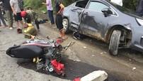 Hà Tĩnh: Va chạm với xe máy, Kia Rio lao xuống dưới rãnh thoát nước, gãy trục trước