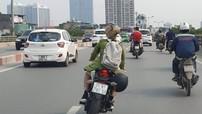 """""""Nữ biker"""" cưỡi Honda CBR150R đầu trần, sử dụng điện thoại và lạng lách trên đường vành đai 2"""